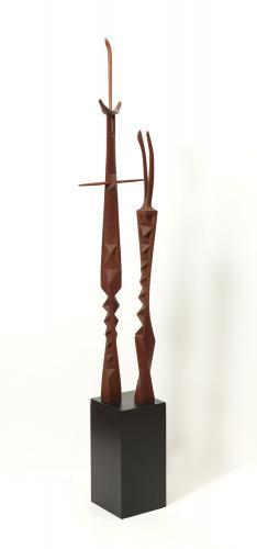 """Moisès Villèlia, """"Personajes"""", 1978-80 talla de madera de ukola 170 x 31 x 30 cm."""
