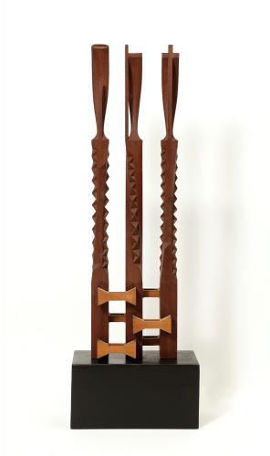 """Moisès Villèlia, """"Sin título"""", 1980 talla de madera de teca y de madera de haya 120 x 40 x 20 cm."""
